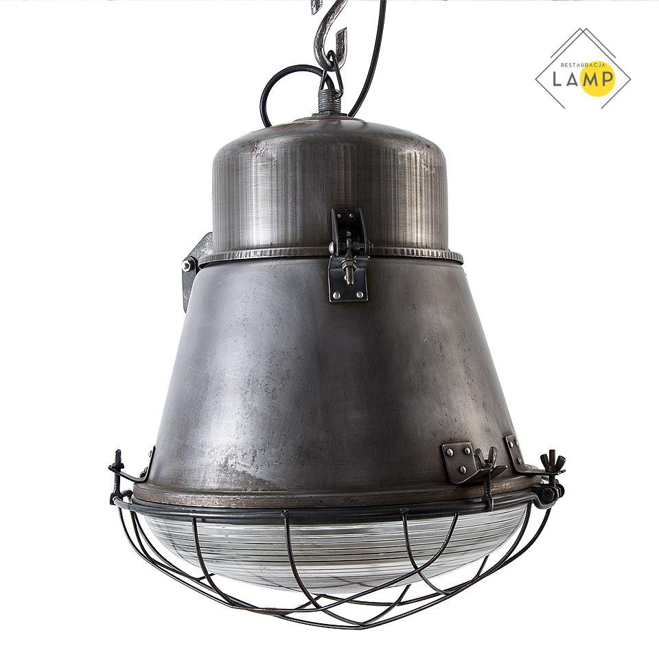 Lampa fabryczna z kratownicą
